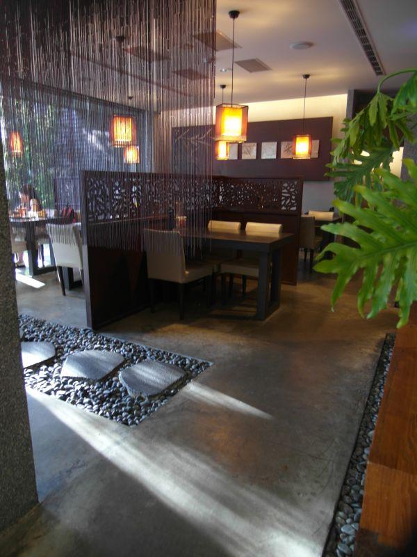 南投縣草屯人本自然七彩魚主題美食餐廳以偏沉穩的木色系調做為桌椅擺飾的主軸